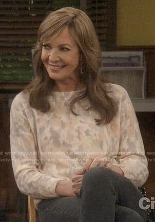 Bonnie's beige printed sweater on Mom