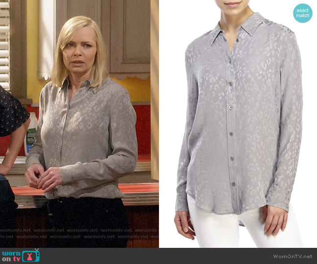 Equipment Reese Shirt in Frost Grey worn by Jill Kendall (Jaime Pressly) on Mom