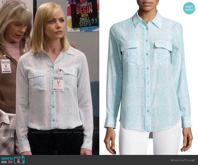 Equipment Slim Signature Silk Shirt worn by Jaime Pressly on Mom