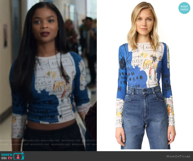 AO X Basquiat Long Sleeve Crop Top by Alice + Olivia worn by Sheri Holland (Ajiona Alexus) on 13 Reasons Why