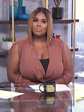 Nina's brown slit sleeve dress on E! News Daily Pop