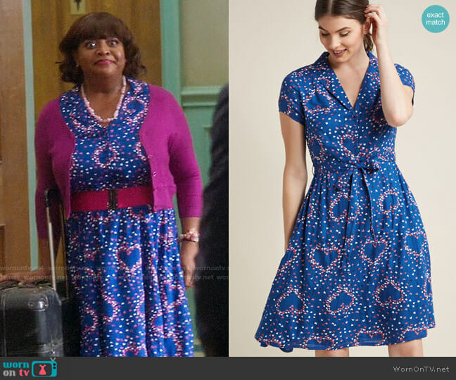 ModCloth Retro Collared Shirt Dress in Blue Hearts worn by Sherri Shepherd on Trial & Error