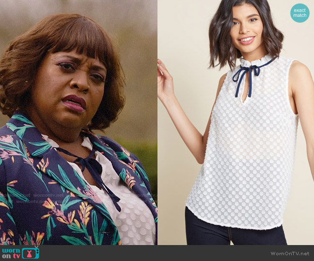 ModCloth Stylish Vision Tie-Neck Top in Dotted White worn by Anne Flatch (Sherri Shepherd) on Trial & Error