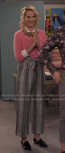 Mandy's pink sweater and plaid trousers on Last Man Standing