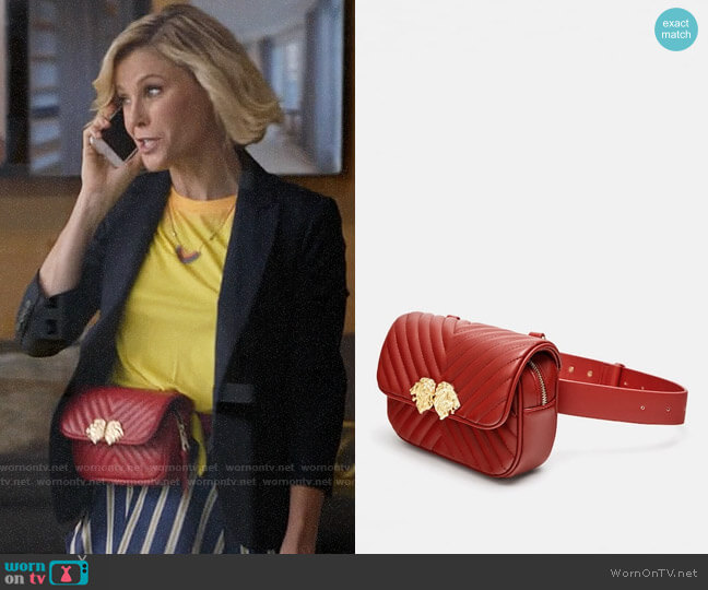 Zara Crossbody Belt Bag with Lionhead Detail worn by Claire Dunphy (Julie Bowen) on Modern Family