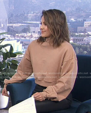 Erin's beige cropped mock neck sweatshirt on Live from E!