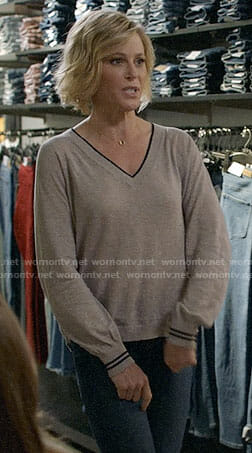 Claire's grey v-neck sweater on Modern Family