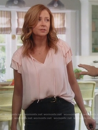 Lena's pink ruffle sleeve top on Splitting Up Together