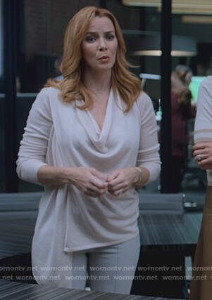 Leslie's beige asymmetric sweater on Marvel's Runaways