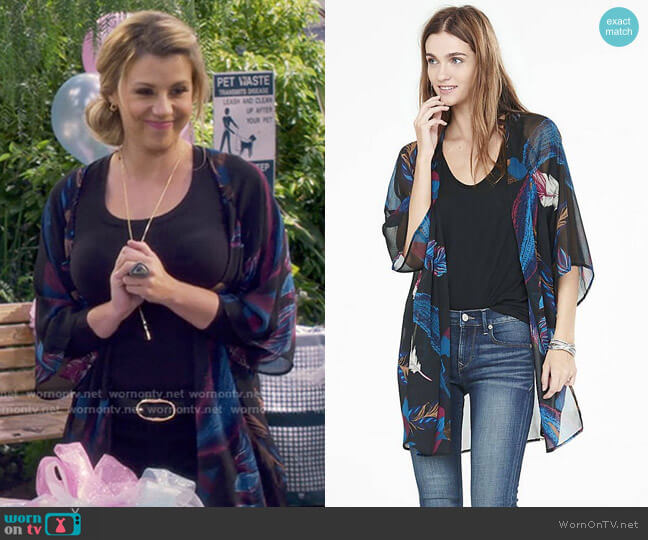 Feather Print Tunic Kimono by Express worn by Stephanie Tanner (Jodie Sweetin) on Fuller House