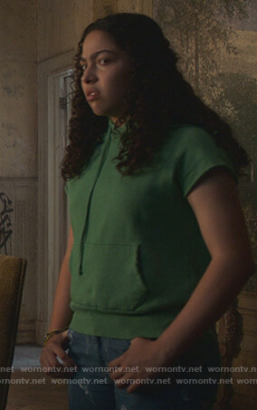 Molly's green short sleeve sweatshirt on Marvel's Runaways