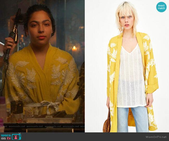Embroidered Kimono by Zara worn by Molly Hernandez (Allegra Acosta) on Marvels Runaways