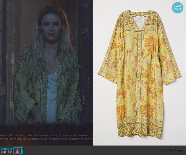 V-neck Kimono by H&M worn by Karolina Dean (Virginia Gardner) on Marvels Runaways