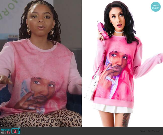 Real Men Wear Pink Sweatshirt by Dimepiece worn by Jazlyn Forster (Chloe Bailey) on Grown-ish