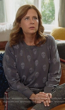 Lena's gray skull print sweatshirt on Splitting Up Together