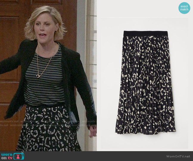 H&M Pleated Skirt worn by Claire Dunphy (Julie Bowen) on Modern Family