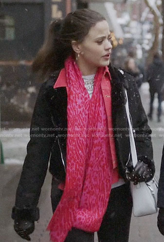 Maggie's pink leopard print scarf on Charmed