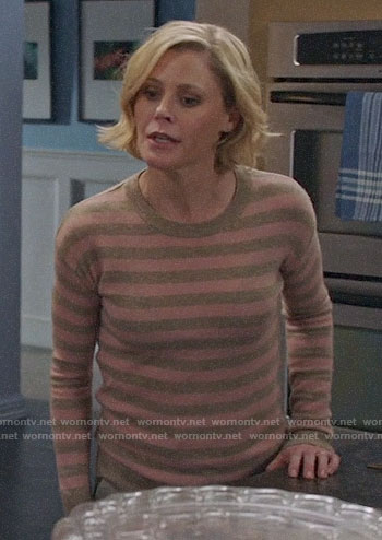 Claire's beige and pink striped sweater on Modern Family