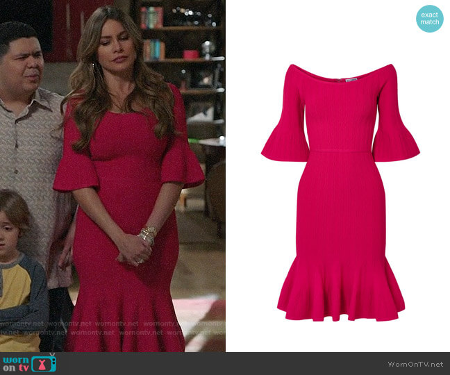 Herve Leger Fluted off-the-shoulder textured stretch-knit dress worn by  Gloria Pritchett (Sofia Vergara) on Modern Family