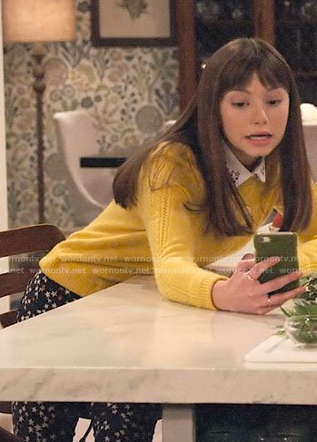 Molly's yellow cable knit sweater and star print jeans on No Good Nick