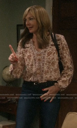 Bonnie's beige printed top on Mom