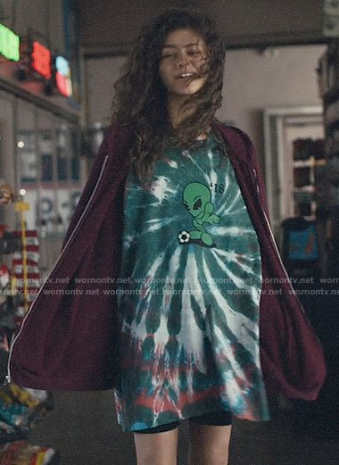 Rue's tie dye alien oversized t-shirt on Euphoria