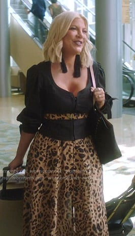 Tori's black top and leopard print skirt on BH90210