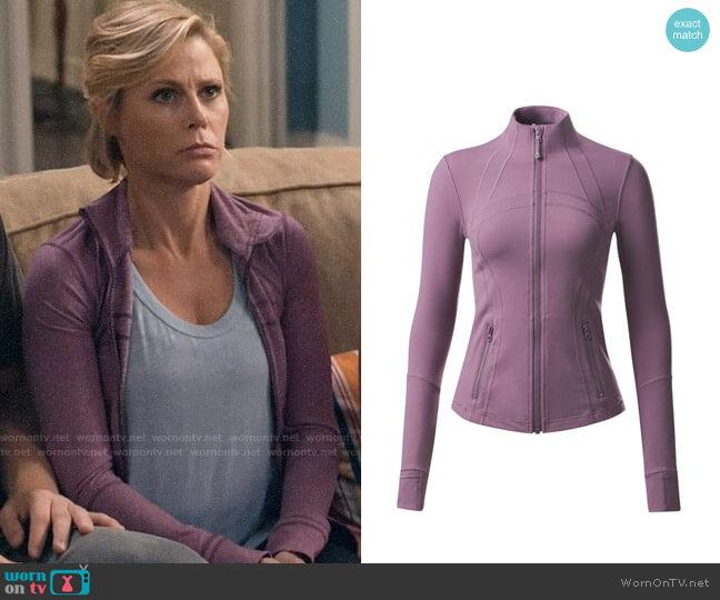 Lululemon Define Jacket in Dusty Mauve worn by Claire Dunphy (Julie Bowen) on Modern Family