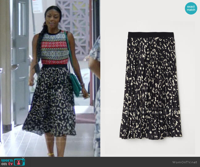 H&M Pleated Skirt  worn by Ali Finer (Javicia Leslie) on God Friended Me