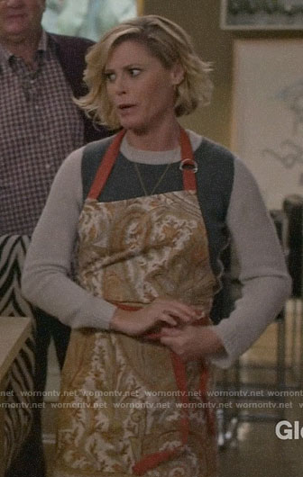 Claire's paisley Thanksgiving apron on Modern Family