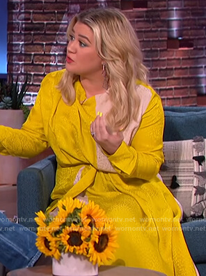 Kelly's yellow silk colorblock dress on The Kelly Clarkson Show