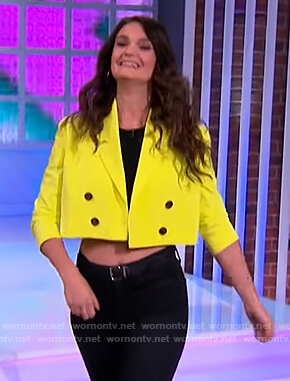 Sam DeRosa's lime cropped blazer on The Kelly Clarkson Show