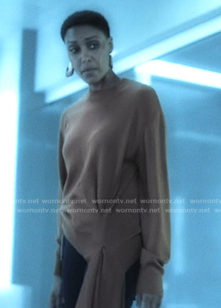 Lynn's brown asymmetric sweater on Black Lightning