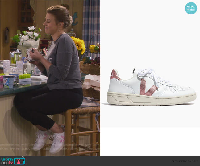 Nacre Sneaker by Veja worn by Stephanie Tanner (Jodie Sweetin) on Fuller House