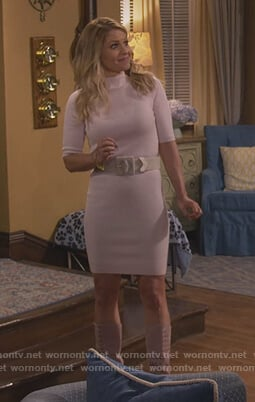 DJ's pink ribbed dress and suede boots on Fuller House