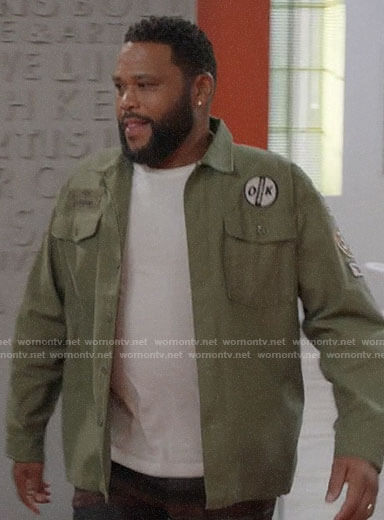 Andre's green shirt with patches on Black-ish