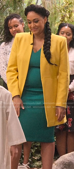 Cocoa's green v-neck dress and yellow coat on Family Reunion