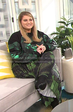 Meghan Trainor's brushstroke sweatshirt and pleated skirt on E! News Daily Pop