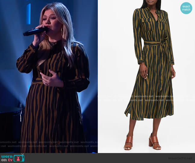 Print Utility Shirt Dress by Banana Republic worn by Kelly Clarkson  on The Kelly Clarkson Show