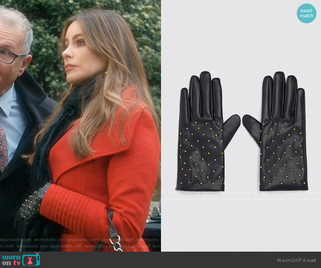 Zara Faux Leather Gloves with Mini Studs worn by  Gloria Pritchett (Sofia Vergara) on Modern Family