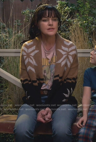 Jackie's Pink Floyd tee and beige cardigan on Broke