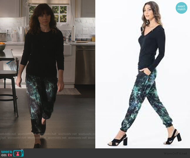 Everyday Cashmere Zip Hoodie by J. Crew worn by Judy Hale (Linda Cardellini) on Dead to Me
