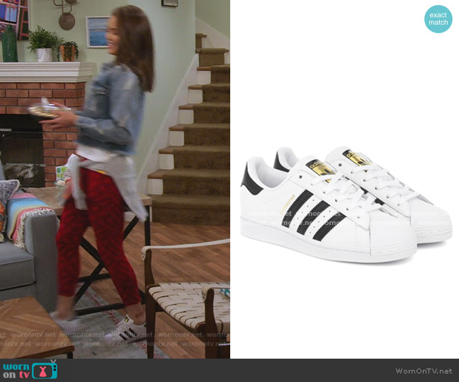 Superstar Sneaker by Adidas worn by Alexa Mendoza (Paris Berelc) on Alexa & Katie