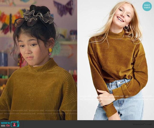 Corduroy mock-neck sweater by Twik worn by Claudia Kishi (Momona Tamada) on The Baby-Sitters Club