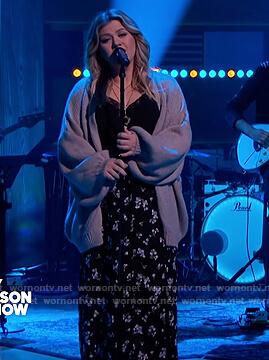 Kelly's black floral split skirt on The Kelly Clarkson Show