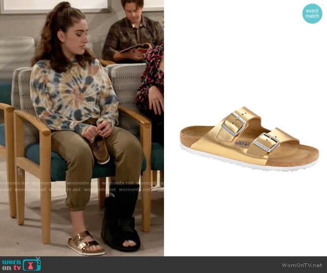 Birkenstock Arizona Sandal in Sirocco Gold worn by Jackie Raines (Rachel Sennott) on Call Your Mother