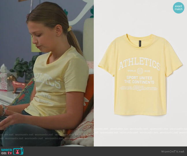 Printed T-shirt by H&M worn by Anna-Kat Otto (Julia Butters) on American Housewife