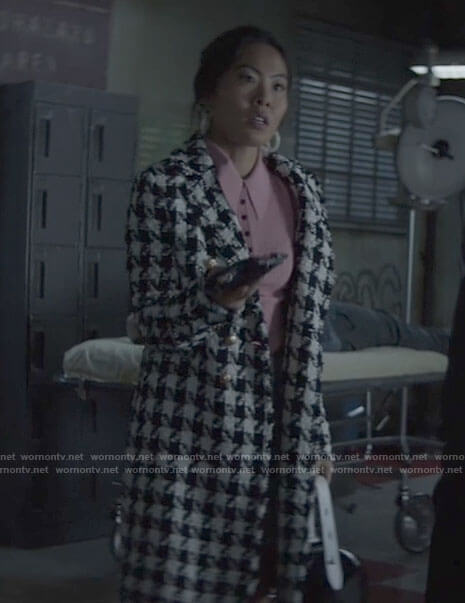 Mary's houndstooth coat on Batwoman