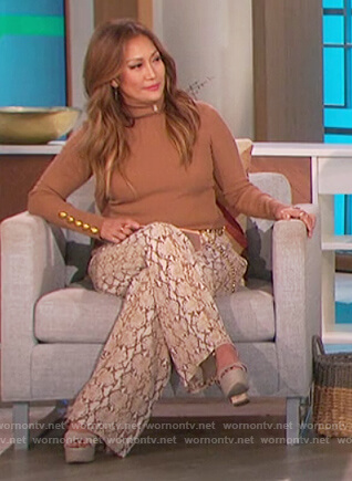 Carrie's beige button cuff sweater on The Talk