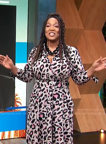 kym's pink leopard belted dress on E! News Daily Pop
